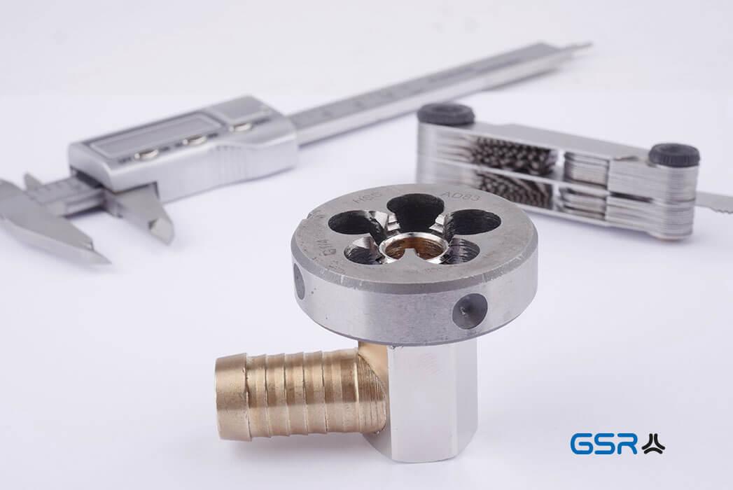 Alle 3 Gewindewerkzeuge auf einen Blick um ein Gewinde sicher und richtig zu bestimmen: Messschieber, Gewindeschablone und Werkstück