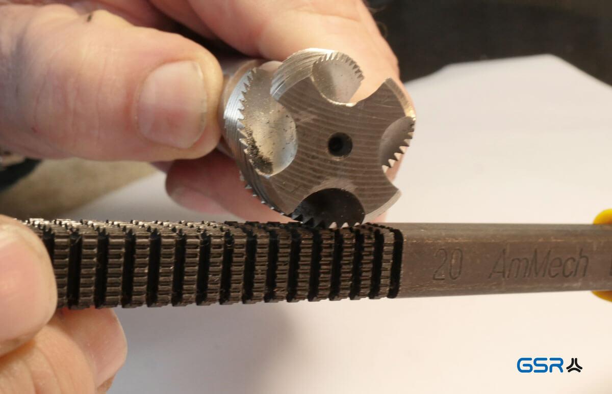 Gewindefeile im Einsatz am Gewindebohrer: Die Zackenreihen der Gewindefeile passen auf die entsprechenden Gewindegänge und Gewindesteigungen des Gewindebohrers