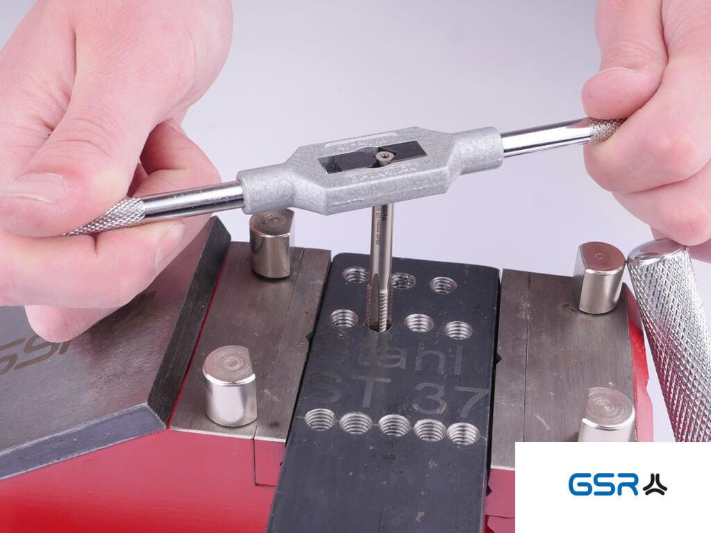 Gewindetiefe: GSR Handgewindebohrer M12 eingespannt im Gewindebohrerhalter im Einsatz beim Gewindebschneiden