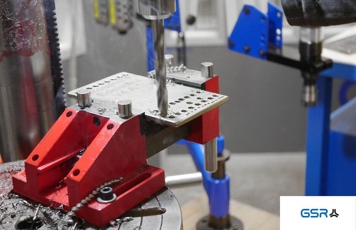 Anleitung zum Bohren in Metall: Bohrstelle ankörnern, den Spiralbohrer ausrichten und mit Bohröl oder Bohrpaste arbeiten
