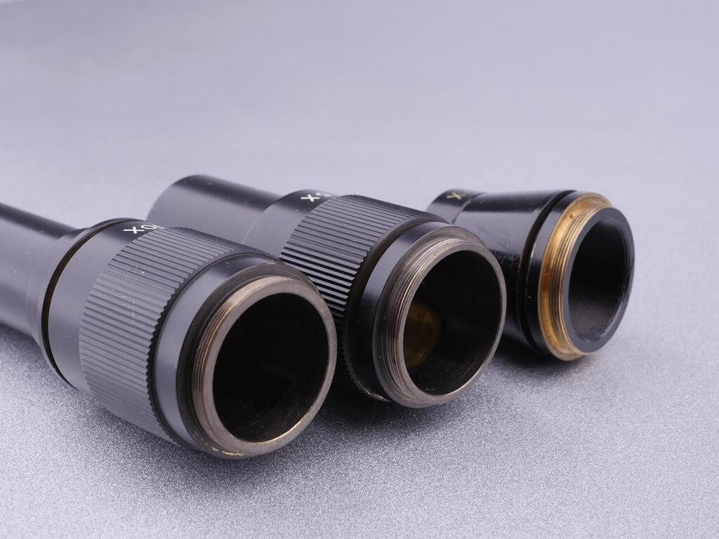 3 Mikroskop-Objektiv-Gewinde: 2x, 5x und 10x Vergrößerungsobjektive in Nahaufnahme der Gewinde