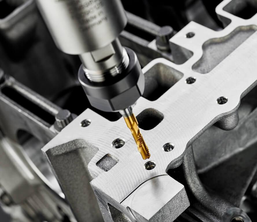 EMUGE Punch Tap in der Anwendung zum Gewindebohrer an einem Maschinenblock