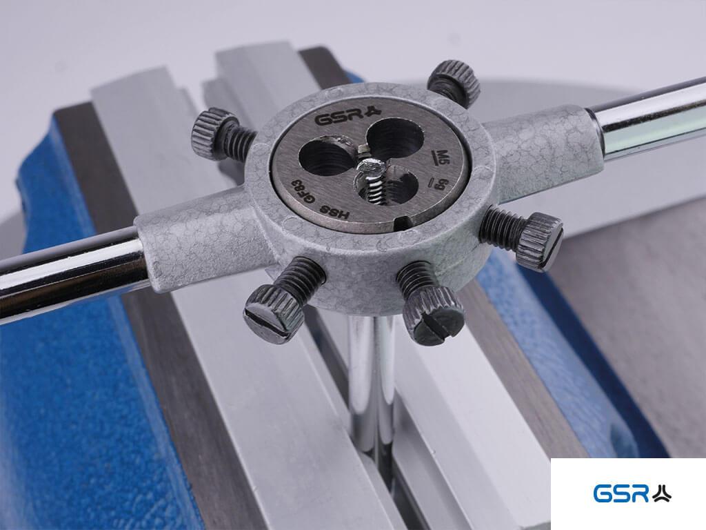 Anwendung des Schneideisens eingespannt im Schneideisenhalter um ein M5 Außengewinde zu schneiden