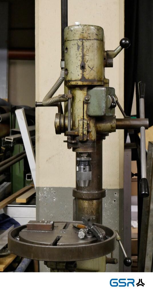 olivegrüne Ständerbohrmaschine in der GSR Gustav Stursberg Werkstatt