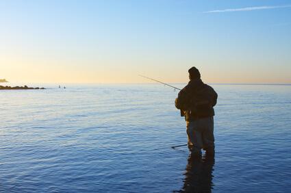 Anglergewinde: Angler mit Rute auf dem offenen Meer