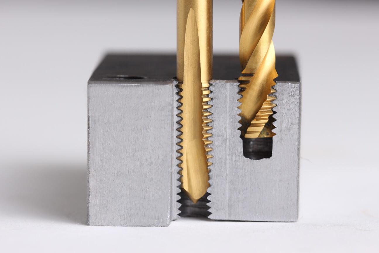 Kernlöcher im Querschnitt: Durchgangsloch (Dulo) und Sackloch (SaLo) werden mit Maschinengewindebohrer geschnitten