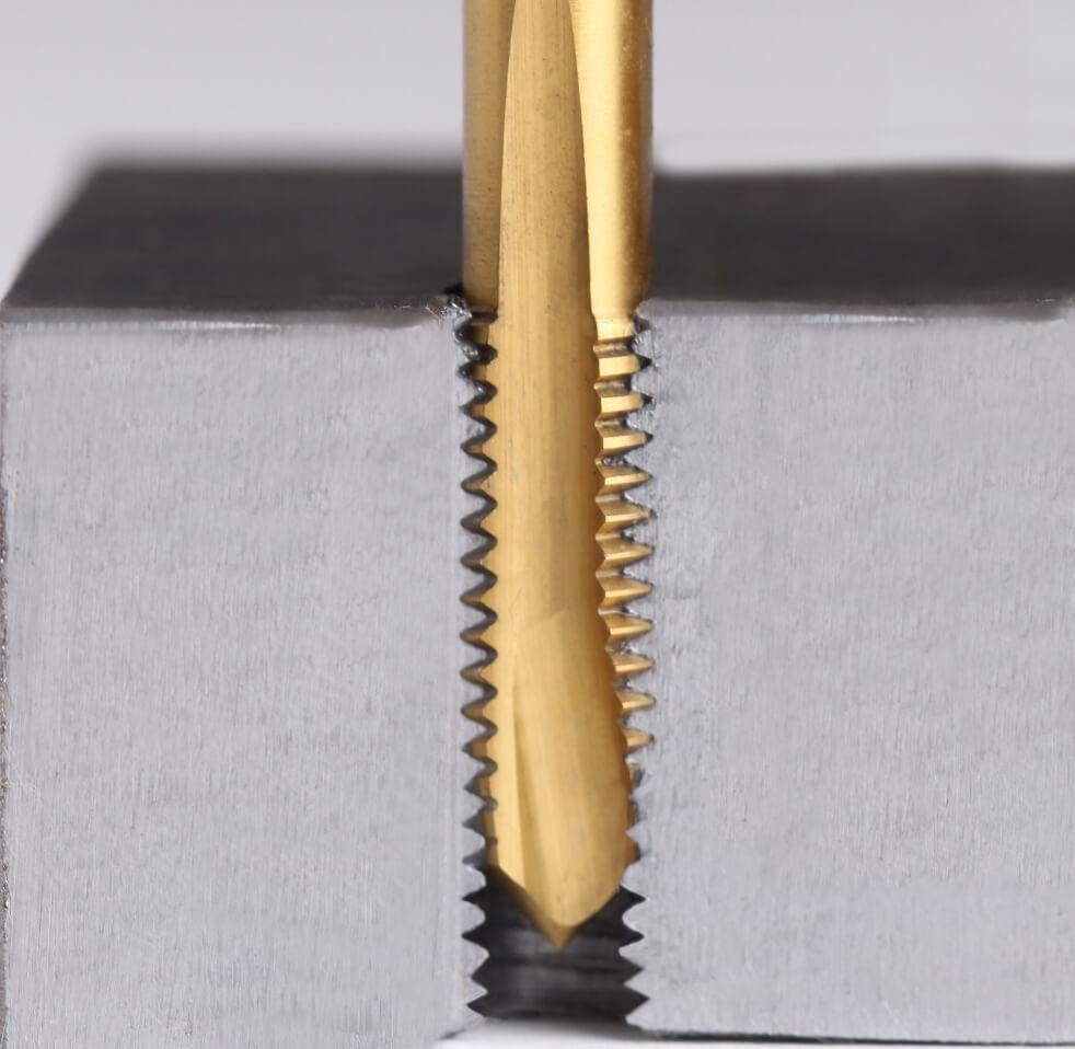 Bohrung eines Durchgangsloch (Dulo) mit einen gerade genuteten Maschinengewindebohrer mit Schälanschnitt
