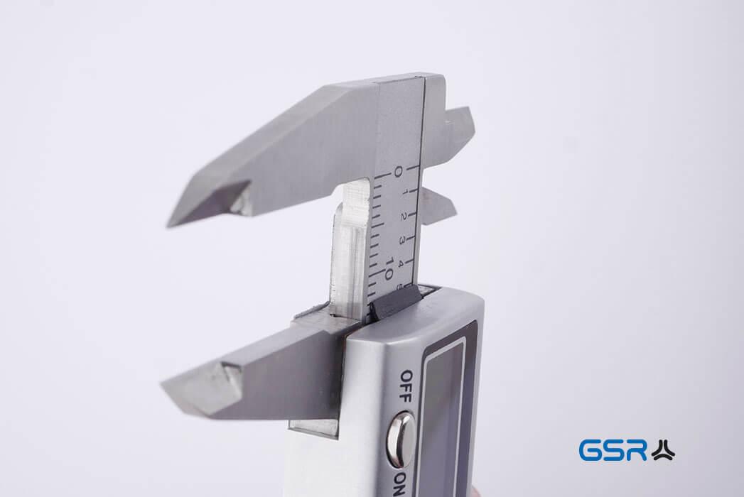 Nahaufnahme der Schieberspitzen des Messschiebers bzw. der Schieblehre mit digitaler Anzeige zur Bestimmung des Gewindedurchmessers