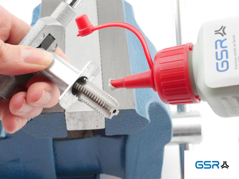 Anwendung der GSR Hand-Gewindebohrer-Führungen mit eingespanntem Gewindeschneider und verstellbaren Windeisen und Gewindepaste