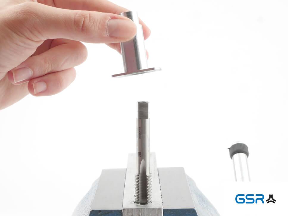 Anwendung der GSR Hand-Gewindebohrer-Führungen mit eingespanntem Gewindeschneider und verstellbaren Windeisen am Werkstück