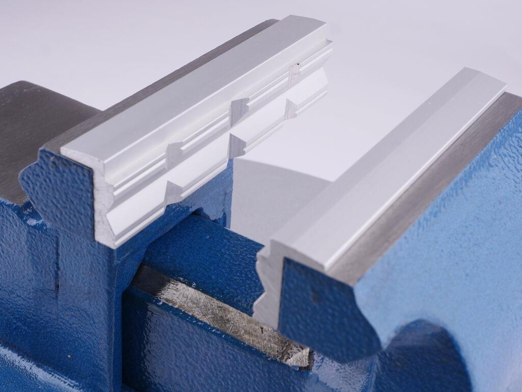 GSR Schonbacken aus Aluminium mit Prismenprofil und 90 Grad Absatz eingesapnnt im Schraubstock