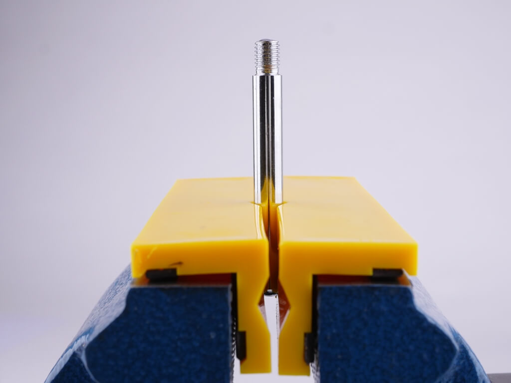 Schonbacken aus Kunststoff: Eingespannter Knebel zwischen den Kunststoffbacken