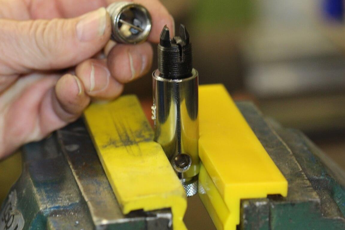 Schonbacken im Einsatz: Werkzeughalter eingespannt im Schraubstock mit gelben Kunststoff-Schonbacken