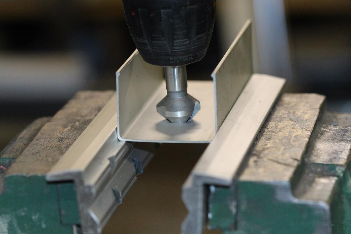 Schonbacken-Anwendung: Nahaufnahme eines eingespannten Werkstückes auf dem 90 Grad Absatz der Schonbacken um zu Senken