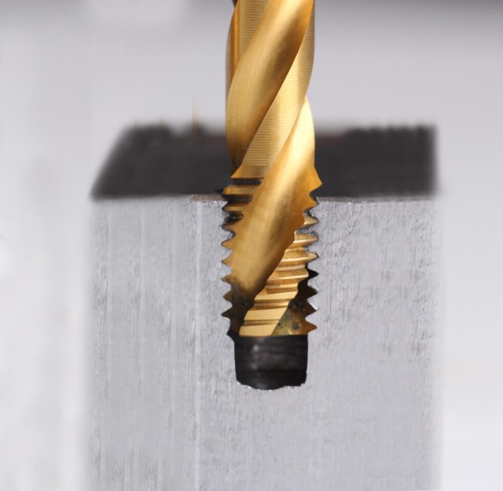 Kernlöcher im Querschnitt: Bohrung eines Sackloch (SaLo) mit einem rechtsgedrallten Spiralgewindebohrer