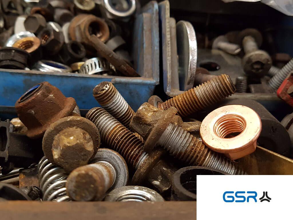 Nachaunsicht: GSR Gustav Stursberg alte unbenutzte und verrostete Radbolzen und Radmuttern aus der Werkstatt